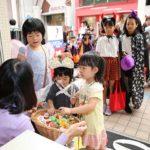 子育て世代におすすめ!お金もかからない町ぐるみの地域密着型ハロウィンパレードの様子をレポート!
