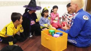 60f567eb90c42 教会で開催された外国人も集まるハロウィンパーティーに参加してみたときのレポート!グループで競い合う仮装ゲームとお菓子で大盛り上がり!